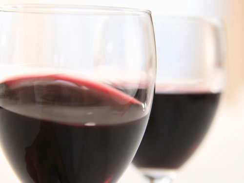 ワイングラスで揺れる赤ワイン