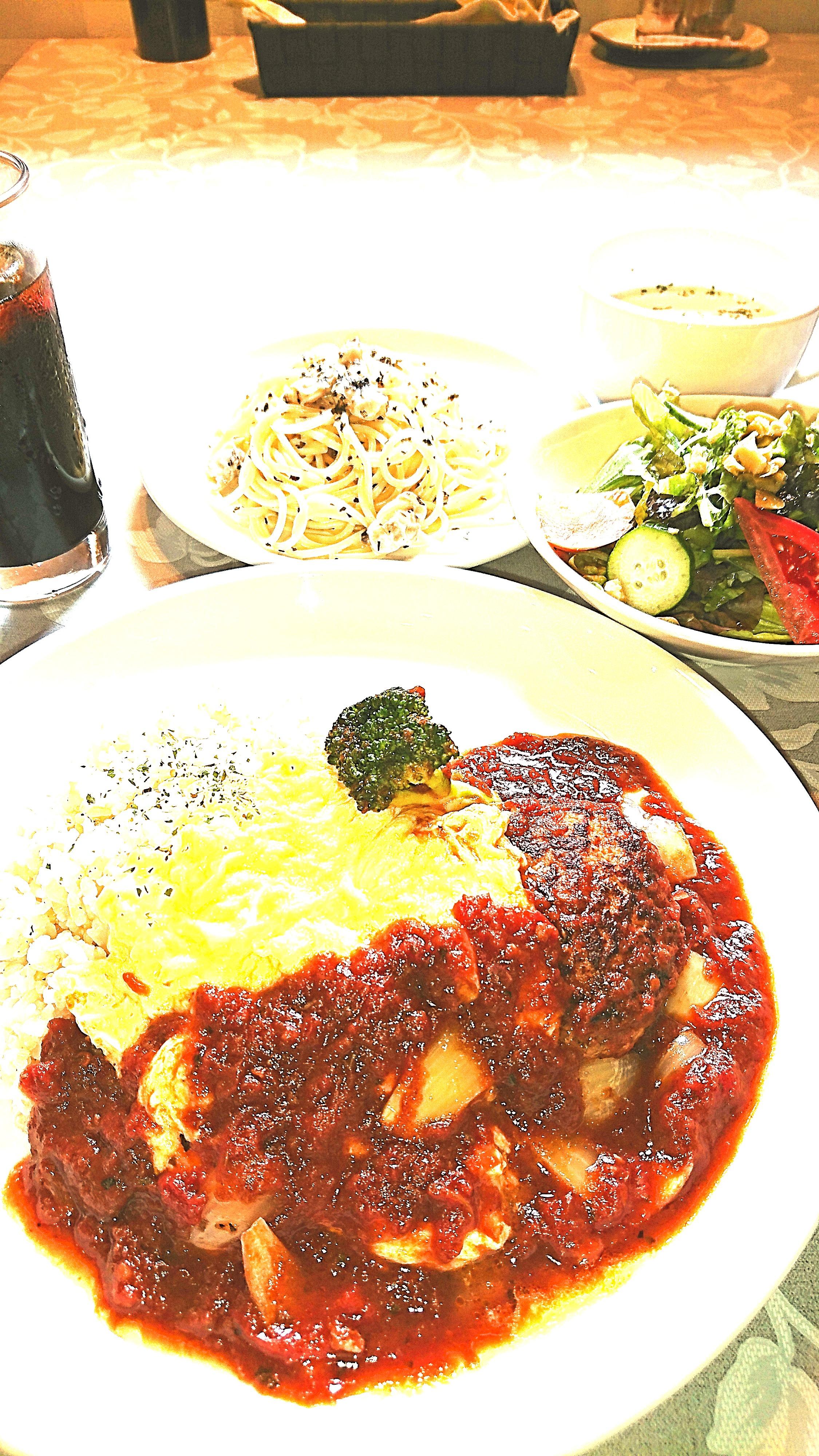 ラム肉と望来豚の粗挽きハンバーグ&半熟オムレツライス&ミニ冷製パスタ